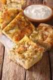 Skivad serb Gibanica med ost, ägg och örtnärbild och royaltyfri bild