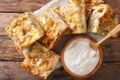 Skivad serb Gibanica med ost, ägg och örtnärbild och royaltyfri fotografi