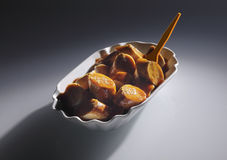 Skivad smaklig korv på Gray Background Royaltyfria Foton