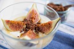 skivad spänd yoghurt för figs honung arkivfoto