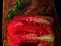 Skivad tomat och basilika royaltyfria bilder