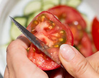 Skivad tomatkniv arkivfoton