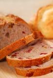 skivad valnöt för bröd cranberry arkivbild