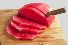 skivad vattenmelon för bräde cutting arkivfoton