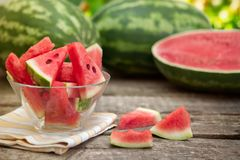 Skivad vattenmelon i klar glass bunke Royaltyfri Fotografi