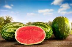 Skivad vattenmelon med hela vattenmelon Arkivbilder