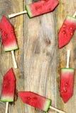 Skivad vattenmelon med pinnar på ett träbräde Royaltyfria Foton