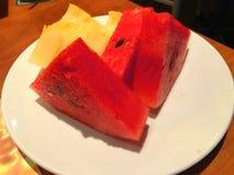 Skivad vattenmelon och melon i maträtt på tabellen Royaltyfria Foton