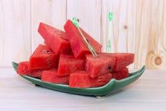 Skivad vattenmelon på den gröna plattan Royaltyfri Foto