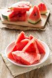 Skivad vattenmelon på den vita maträtten Royaltyfri Foto