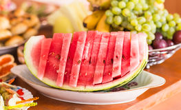 Skivad vattenmelon på en maträtt Sund mat för vegetarian Festlig tabellinställning med frukt och bär Arkivfoton