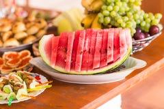Skivad vattenmelon på en maträtt Sund mat för vegetarian Festlig tabellinställning med frukt och bär Arkivbild