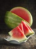 Skivad vattenmelon på en platta Royaltyfri Foto