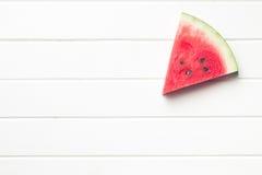Skivad vattenmelon på köksbordet Royaltyfri Bild