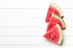 Skivad vattenmelon på köksbordet Fotografering för Bildbyråer
