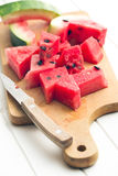 Skivad vattenmelon på köksbordet royaltyfria bilder