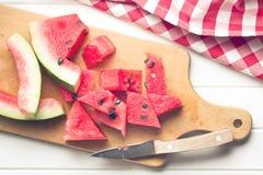 Skivad vattenmelon på köksbordet Arkivfoton