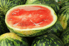 Skivad vattenmelon på många vattenmelon i marknaden Arkivfoton