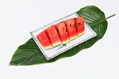 Skivad vattenmelon på maträtt Royaltyfri Bild