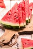 Skivad vattenmelon på trätabellen Arkivbilder