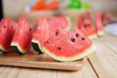 Skivad vattenmelon som är ny på träbräde och tugga Royaltyfri Bild