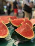 Skivad vattenmelonfrukt på frukterna och grönsakerna marknadsför royaltyfria foton