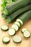 skivad zucchini för bräde cutting royaltyfria bilder
