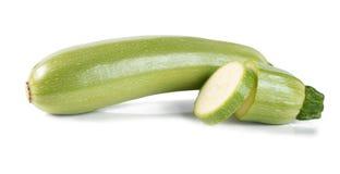 Skivad zucchini som isoleras på en vit bakgrund royaltyfri foto
