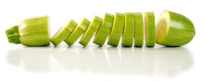 Skivad zucchini som isoleras på en vit bakgrund Arkivbild