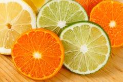 skivade apelsiner för citrusfruktcitronlimefrukter Royaltyfri Foto