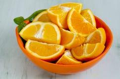Skivade apelsiner i en bunke Royaltyfria Bilder
