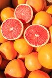 Skivade apelsiner på en hög av apelsiner Arkivfoto