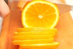 Skivade apelsiner på ett träd i cirklar till slutet Arkivbild