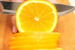 Skivade apelsiner på ett träd i cirklar till slutet Royaltyfri Fotografi