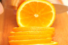 Skivade apelsiner på ett träd i cirklar till slutet Royaltyfria Bilder