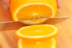 Skivade apelsiner på ett träd på hjul Arkivfoton