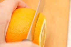 Skivade apelsiner på ett träd på partiklarna Arkivfoton