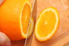 Skivade apelsiner på ett träd, partiklarna Arkivfoton