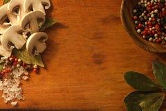 Skivade champignons, körsbärsröda tomater Fotografering för Bildbyråer