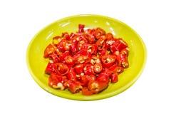 Skivade Chili Isolated i plattan, glödhet chiliskivamaträtt Arkivfoto