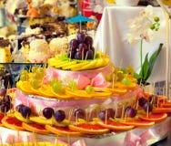 Skivade frukter och sötsaker för att gifta sig tabellen Royaltyfri Fotografi