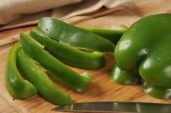 Skivade gröna spanska peppar Arkivbild