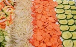skivade grönsaker Gurka morot, kålklipp in i cirklar royaltyfri bild