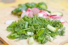 Skivade grönsaker på brädet Royaltyfri Bild