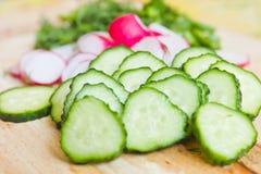 Skivade grönsaker på brädet Royaltyfri Fotografi