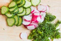 Skivade grönsaker på brädet Royaltyfria Foton