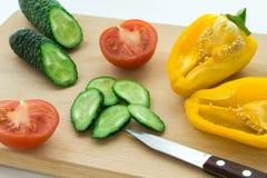 Skivade grönsaker på tabellen Fotografering för Bildbyråer