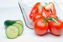 Skivade grönsaker på vitbakgrund för Glass platta Royaltyfri Foto