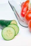 Skivade grönsaker på vitbakgrund för Glass platta Royaltyfria Bilder