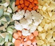Skivade grönsaker som är klara för att baka Royaltyfria Bilder